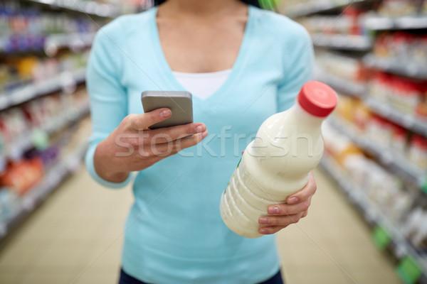Frau Smartphone kaufen Milch Supermarkt Verkauf Stock foto © dolgachov