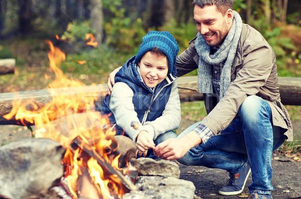 Vader zoon heemst kampvuur camping toerisme wandelen Stockfoto © dolgachov