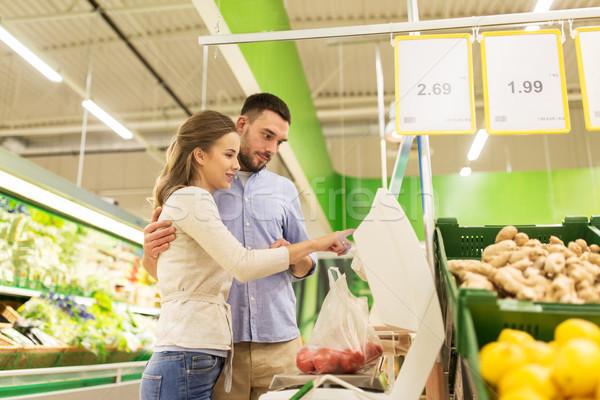 Boldog pár paradicsomok mérleg élelmiszer vásárlás Stock fotó © dolgachov