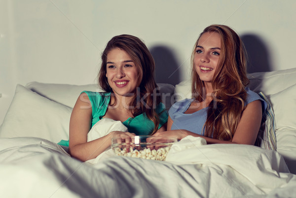 Mutlu arkadaşlar patlamış mısır izlerken tv ev Stok fotoğraf © dolgachov
