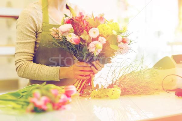 Közelkép nő készít köteg virágüzlet emberek Stock fotó © dolgachov