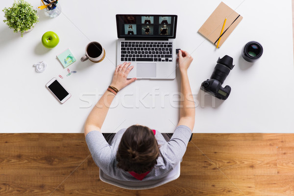 Mulher câmera flash drive laptop tabela fotografia Foto stock © dolgachov
