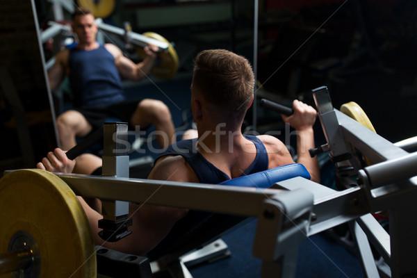Uomo petto stampa esercizio macchina palestra Foto d'archivio © dolgachov