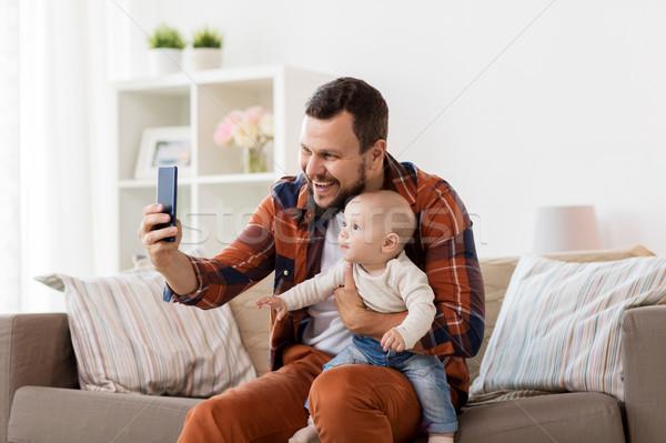 Szczęśliwy ojciec baby chłopca domu Zdjęcia stock © dolgachov