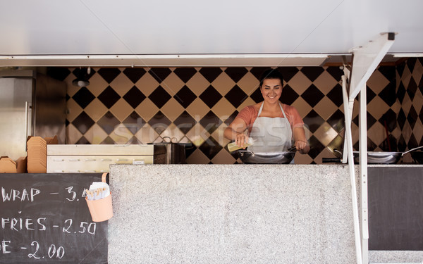 Szczęśliwy kucharz sprzedawca gotowania żywności ciężarówka Zdjęcia stock © dolgachov