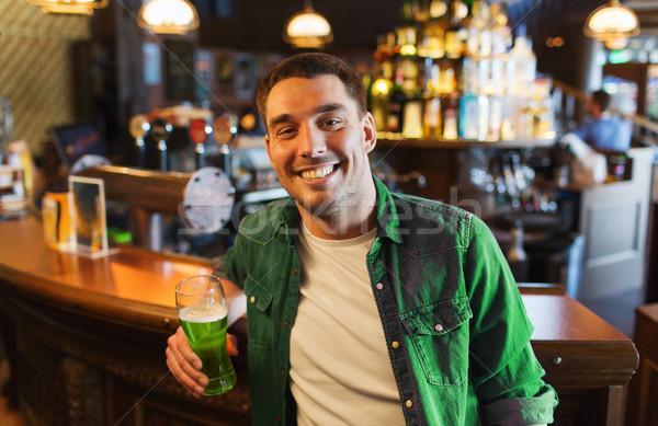 Człowiek pitnej zielone piwa bar publikacji Zdjęcia stock © dolgachov