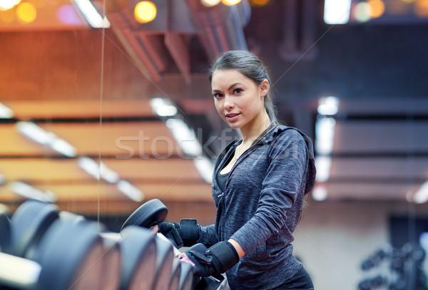 Młoda kobieta hantle siłowni fitness sportu Zdjęcia stock © dolgachov