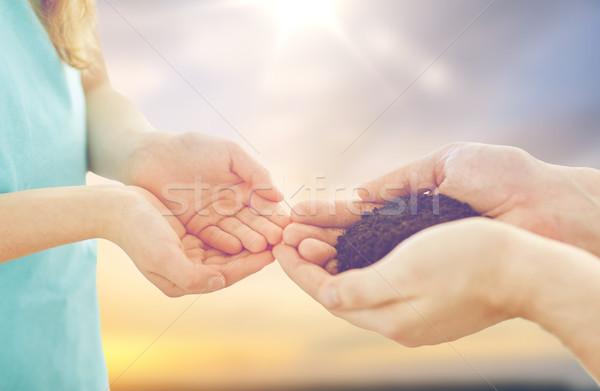 Vater Tochter Hände halten Boden Stock foto © dolgachov