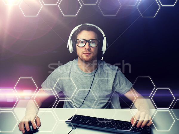 Homem fone computador projeção tecnologia ciberespaço Foto stock © dolgachov