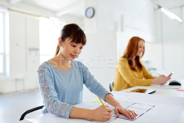Vrouwelijke architect blauwdruk werken kantoor architectuur Stockfoto © dolgachov