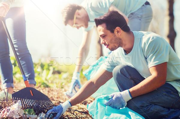Voluntários lixo sacos limpeza parque voluntariado Foto stock © dolgachov