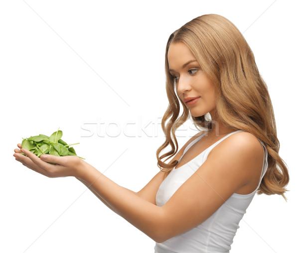 Vrouw spinazie bladeren palmen heldere foto Stockfoto © dolgachov