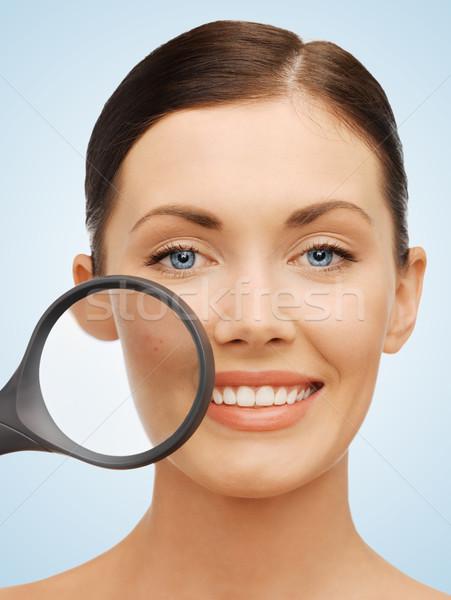Vrouw vergrootglas acne heldere foto mooie vrouw Stockfoto © dolgachov