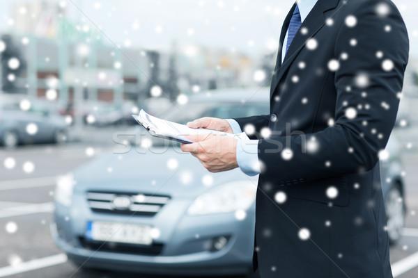 Man auto documenten buiten vervoer eigendom Stockfoto © dolgachov