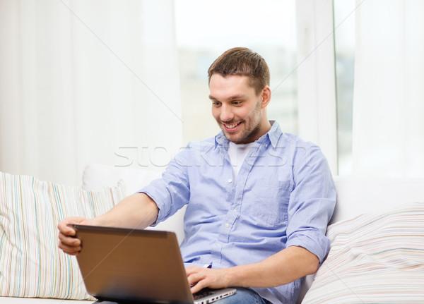 Glimlachend man werken laptop home business Stockfoto © dolgachov