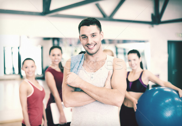 Sonriendo hombre pie grupo gimnasio fitness Foto stock © dolgachov