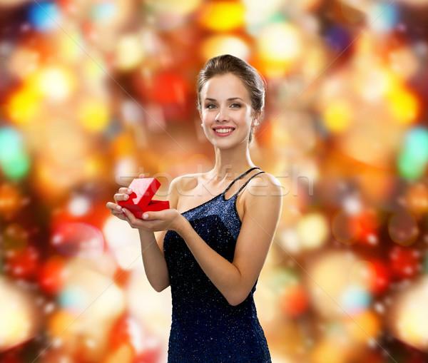 Gülümseyen kadın kırmızı hediye kutusu kış tatil Stok fotoğraf © dolgachov