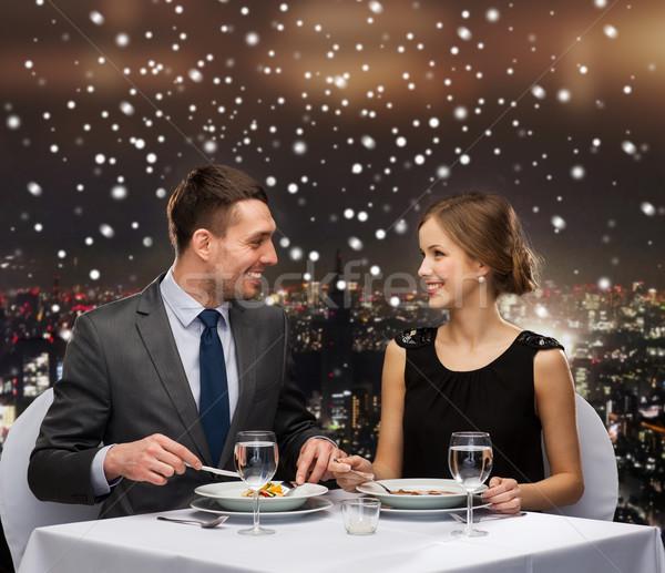 Souriant couple manger plat principal nourriture de restaurant Noël Photo stock © dolgachov