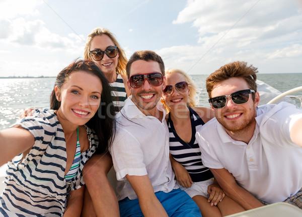 Sonriendo amigos sesión yate cubierta vacaciones Foto stock © dolgachov