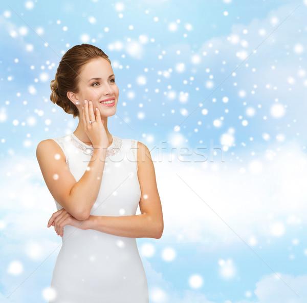 Donna sorridente abito bianco indossare anello di diamanti Natale vacanze Foto d'archivio © dolgachov