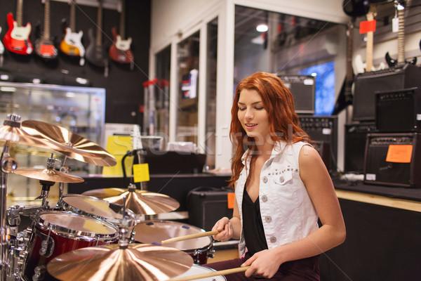 Gülen müzisyen oynama müzik depolamak satış Stok fotoğraf © dolgachov