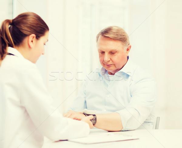 Weiblichen Arzt Krankenschwester Blutdruck Gesundheitswesen Stock foto © dolgachov