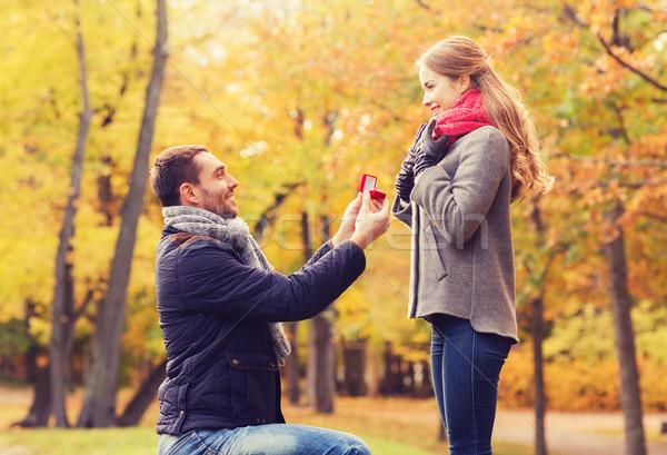 Mosolyog pár eljegyzési gyűrű ajándék doboz szeretet család Stock fotó © dolgachov