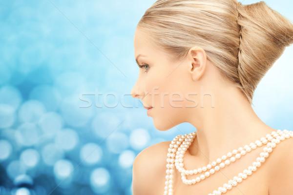 Güzel bir kadın deniz inci kolye mavi güzellik Stok fotoğraf © dolgachov