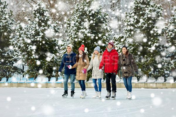 Feliz amigos patinaje sobre hielo aire libre personas Foto stock © dolgachov