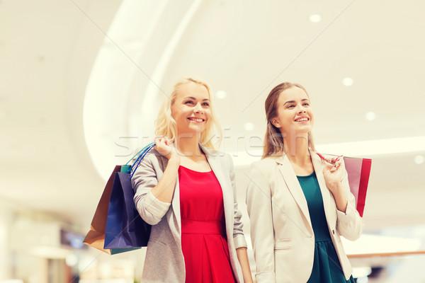 Gelukkig jonge vrouwen mall verkoop Stockfoto © dolgachov