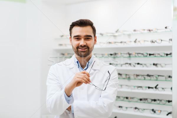 Uomo ottico occhiali cappotto ottica store Foto d'archivio © dolgachov