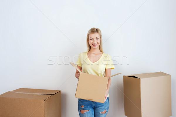 Glimlachend jonge vrouw home bewegende levering Stockfoto © dolgachov