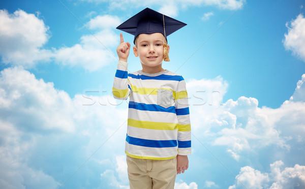 Vidám fiú agglegény kalap mutat ujj felfelé Stock fotó © dolgachov