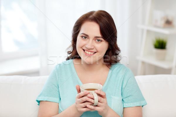 Szczęśliwy plus size kobieta kubek herbaty domu Zdjęcia stock © dolgachov
