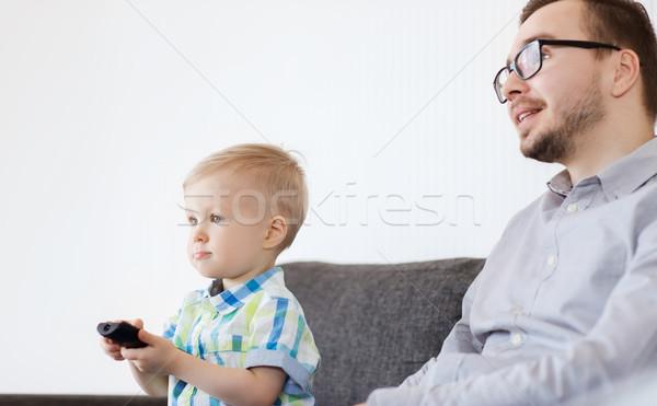 Figlio di padre remote guardare tv home famiglia Foto d'archivio © dolgachov