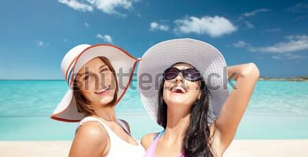 Foto stock: Feliz · mujer · gafas · de · sol · bikini · playa · personas