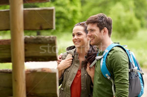 Sorridente casal poste de sinalização caminhadas aventura viajar Foto stock © dolgachov