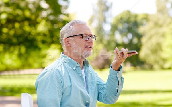Oude man stem commando smartphone technologie Stockfoto © dolgachov