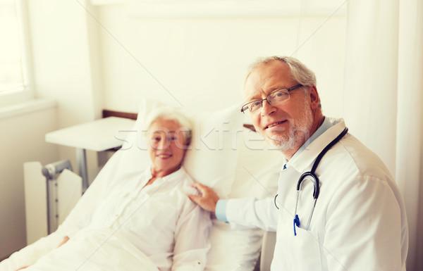 Arts senior vrouw ziekenhuis geneeskunde leeftijd Stockfoto © dolgachov