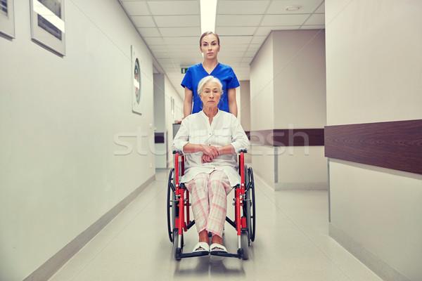 Foto stock: Enfermera · altos · mujer · silla · de · ruedas · hospital · medicina