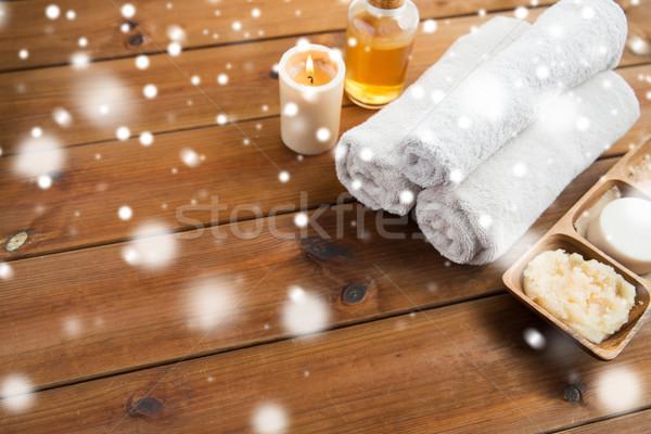 Fürdőkád törölközők gyertya masszázsolaj test bozót Stock fotó © dolgachov
