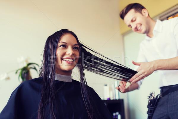 Szczęśliwy kobieta stylista cięcie salon fryzjerski piękna Zdjęcia stock © dolgachov