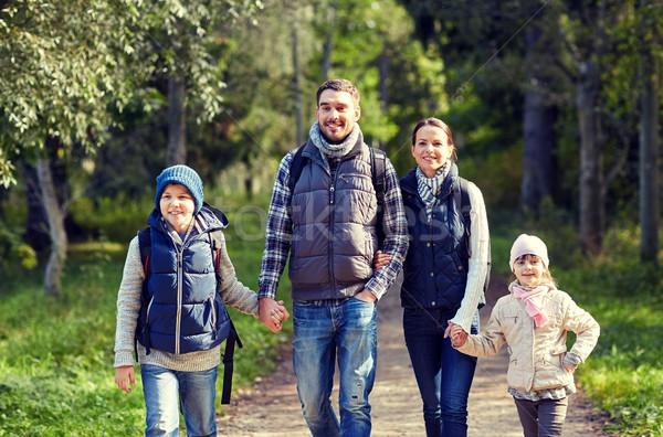 Familia feliz senderismo aventura viaje turismo ir de excursión Foto stock © dolgachov