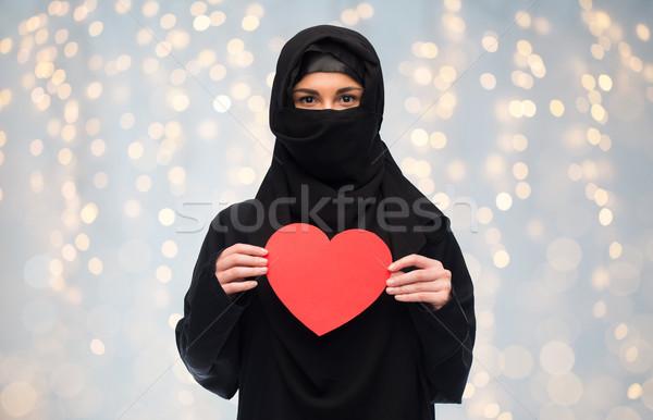 Muszlim nő hidzsáb tart piros szív Stock fotó © dolgachov