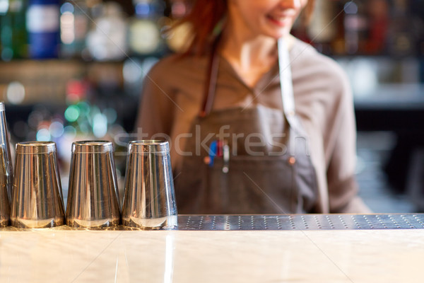 Femme barman bar alcool boissons personnes Photo stock © dolgachov