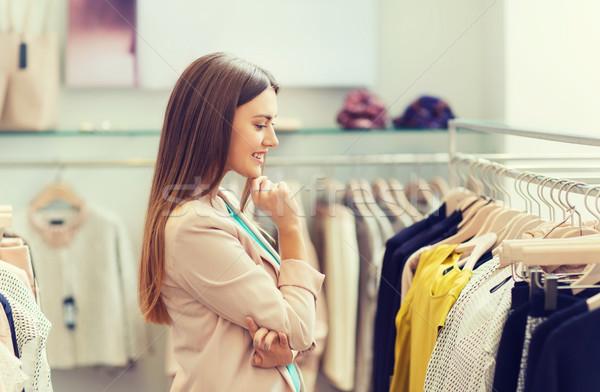Gelukkig jonge vrouw kiezen kleding mall verkoop Stockfoto © dolgachov