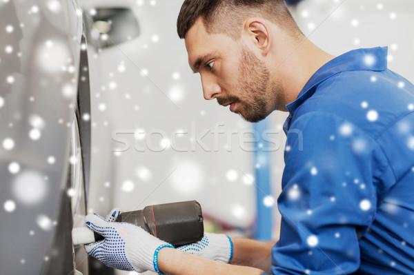 Mechanik samochodowy śrubokręt samochodu opon usługi naprawy Zdjęcia stock © dolgachov