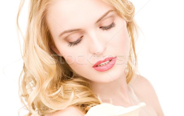 Mooie vrouw witte bloem foto bloem gezicht gelukkig Stockfoto © dolgachov