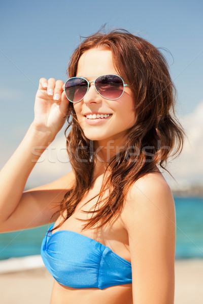 Feliz mujer gafas de sol playa Foto cielo Foto stock © dolgachov