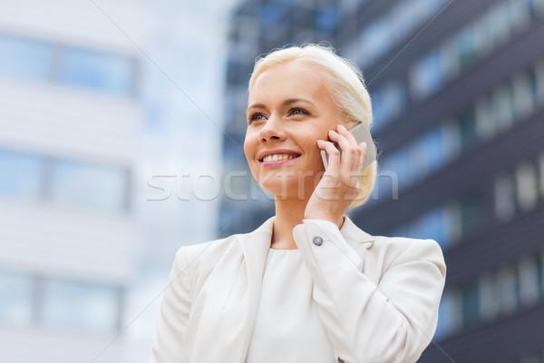 Foto stock: Sorridente · empresária · ao · ar · livre · negócio · tecnologia